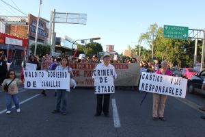 Algunas de las pancartas que portaron los manifestantes en la marcha de ayer en Guadalajara. Foto: Lucía Castillo