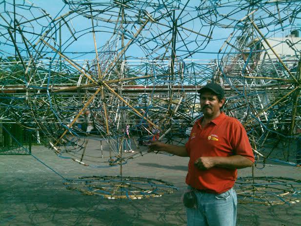 Él es Héctor Manuel, originario de Arandas, donde lleva 30 años trabajando en la quema de castillos. Foto: Lucía Castillo