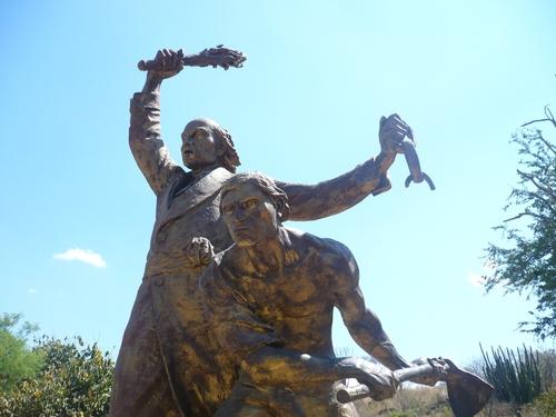 Estatua de Miguel Hidalgo y Costilla, colocada en el parque ecoturístico Puente de Calderón. Foto: panoramico.com