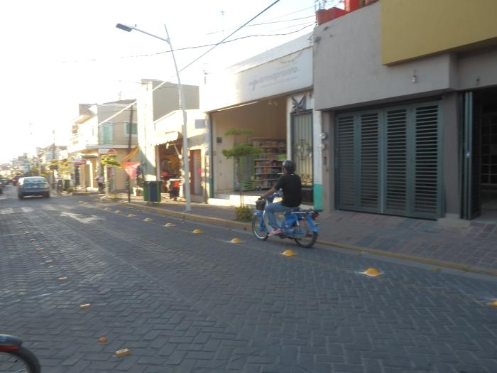 Tránsito de la calle Juárez en el municipio, por donde colocaron boyas en el carril de motos. Foto: Lucía C.