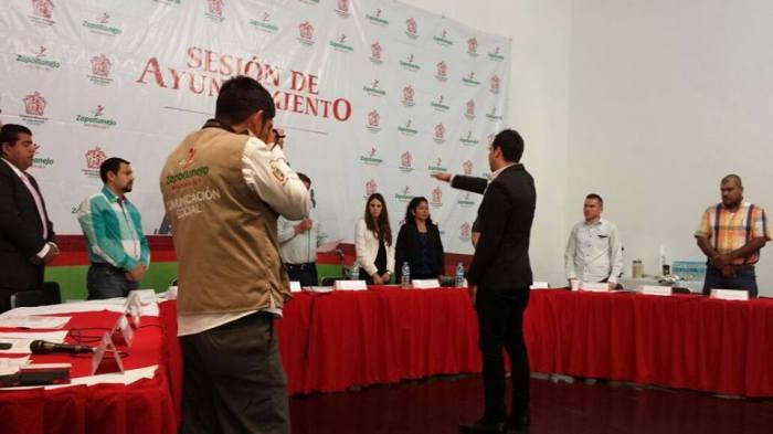 En imagen, Luis Toscano tomó protesta esta mañana como regidor suplemente. Foto: https://www.facebook.com/joseluis.garciaandrade?fref=ts