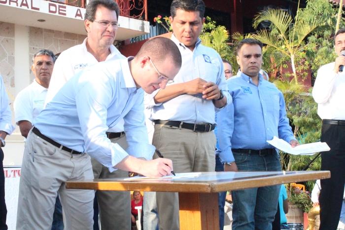 Ricardo Anaya durante la firma del acuerdo en Ajijic. Foto: Alfredo Olivarez