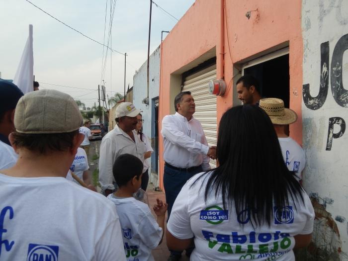 El candidato de visita esta tarde en la colonia Jardines. Foto: Lucía C.