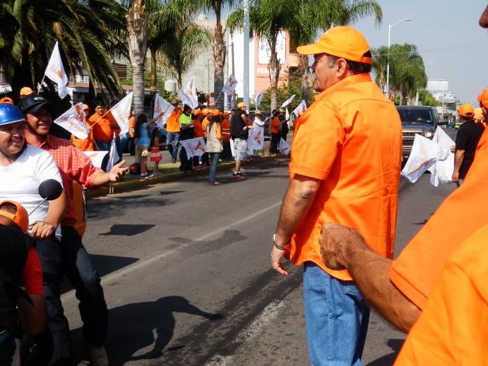 El candidato de MC a la presidencia municipal de Zapotlanejo realizó una pega de calcas en la calle principal. Foto: Lucía Castillo
