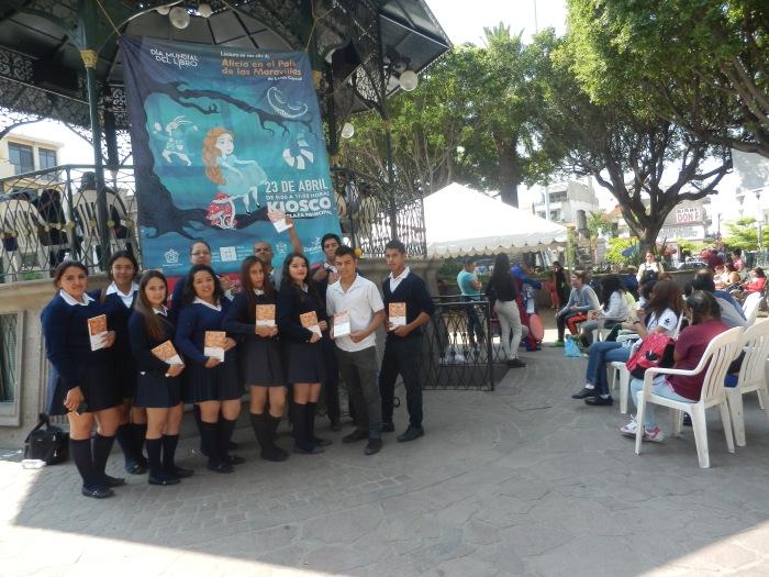 Jóvenes de la preparatoria de La Laja y de la Regional estuvieron presentes en la celebración, cuya lectura inició el alcalde, Francisco Javier Pulido. Foto: Lucía Castillo