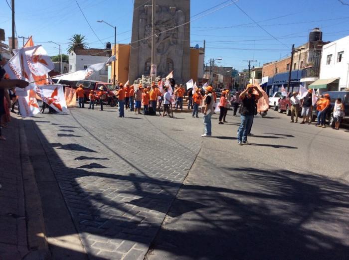 En imagen, el equipo de campaña de Héctor Álvarez durante una pega de calcas en el monumento Juan Terriquez. Foto: facebook.com/HectoAlvarezrenMovimiento
