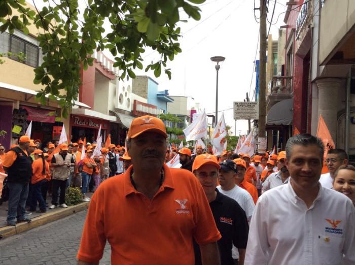 En imagen, Héctor Álvarez recorrió ayer la calle Guadalupe Victoria junto con su equipo de campaña.. Foto: .facebook.com/HectoAlvarezrenMovimiento