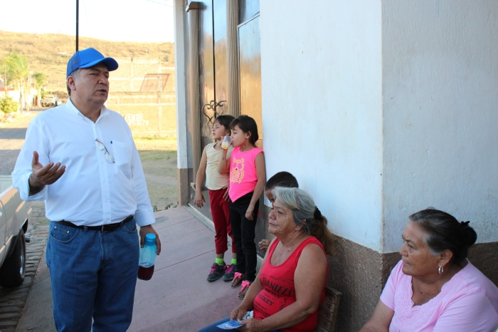 El aspirante del PAN visitó este lunes la colonia Presidentes. Foto: Alfredo Olivarez