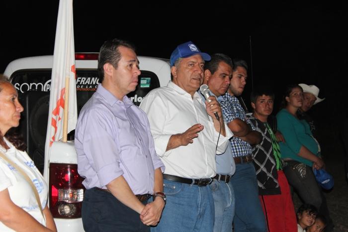 El candidato visitó este viernes la comunidad de Pueblo Viejo. Foto: Alfredo Olivarez