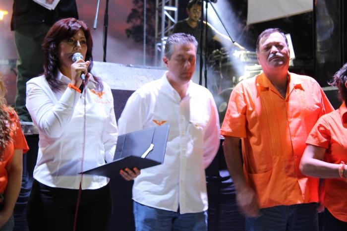Al micrófono, Celina Gutiérrez, al lado, José Miguel Gómez y Héctor Álvarez. Foto: Lucía C.
