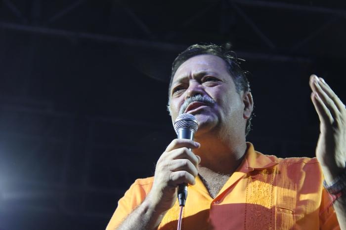 En imagen, Héctor Álvarez durante su discurso en el cierre de campaña. Foto: Lucía Castillo