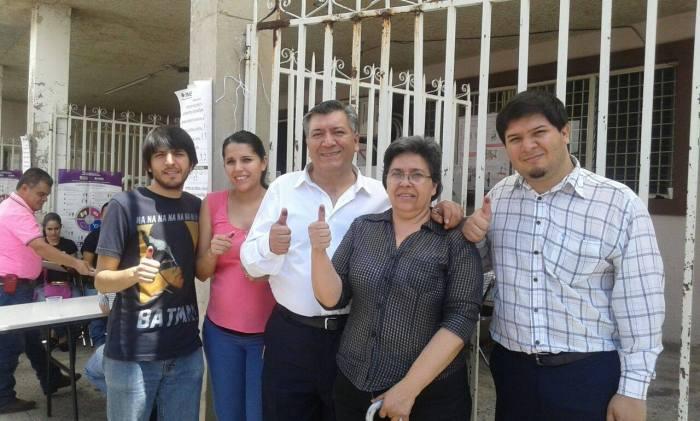 El candidato del PAN acudió a votar junto con su familia. Foto: Cortesía