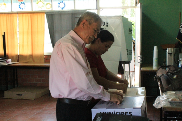 Rubén Torres durante la emisión del voto en El Trapiche. Foto: Alfredo Olivarez