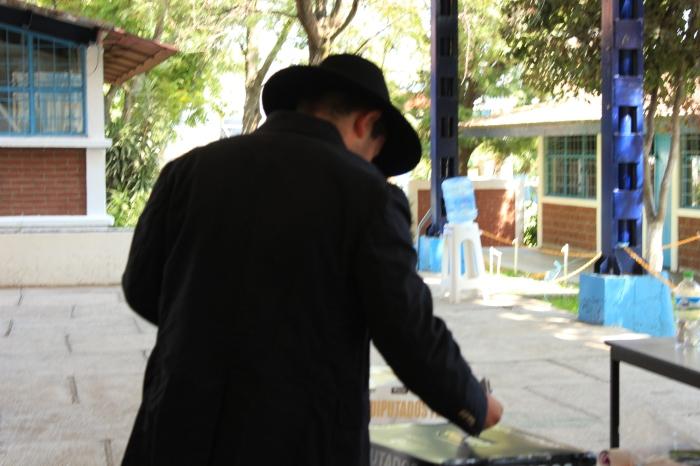 El candidato durante la emisión de su voto. Foto: Alfredo Olivarez