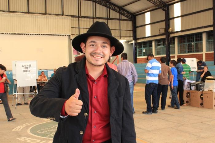 Heliodoro Rentería  después de emitir su voto en la casilla de la secundaria federal en Zapotlanejo. Foto: Alfredo Olivarez