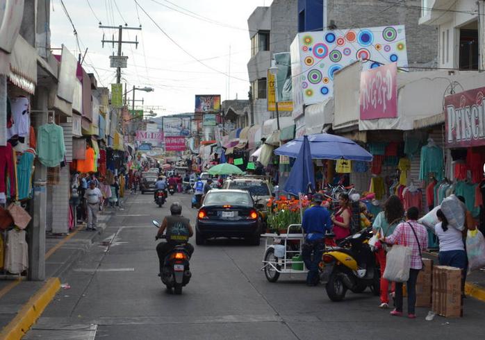 Tiendas de ropa en una calle de Moroleón, Guanajuato. Foto: uriangato.gob.mx