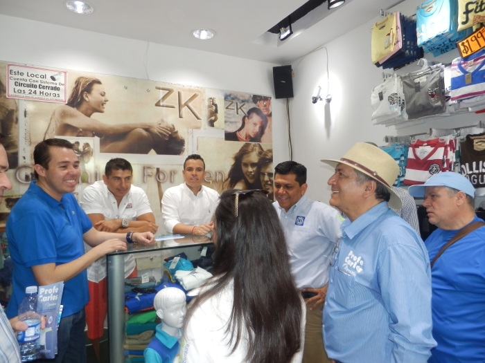 José Luis Munguía (a la izquierda) de visita en la calle Guadalupe Victoria de Zapotlanejo, donde acompañó en campaña al ex candidato del PAN a la alcaldía . Foto: Lucía Castillo