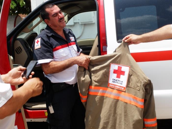 En imagen, Miguel Ángel González, comandante de Cruz Roja Zapotlanejo muestra uno de los equipo de bomberos donados por los Rotarios. Foto: Lucía Castillo