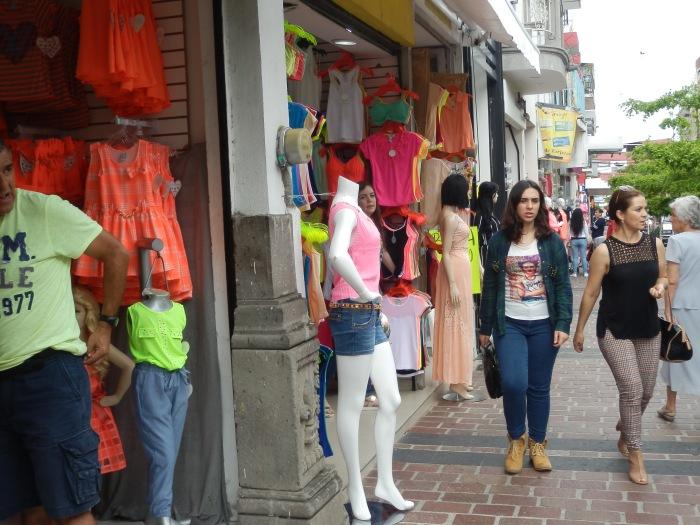 La calle Guadalupe Victoria, donde hay más ropa extranjera e ilegal. Foto: Lucía Castillo