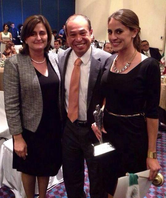 A la derecha, Jacqueline Hernández tras recibir el premio Tlatoani 2014. Foto: zapotlanejo.gob.mx