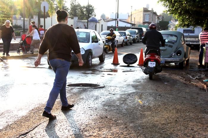Alcantarilla abierta donde los trabajadores de la obra de Ángela Peralta desaguan los líquidos para instalar la nueva red de drenaje en la calle.