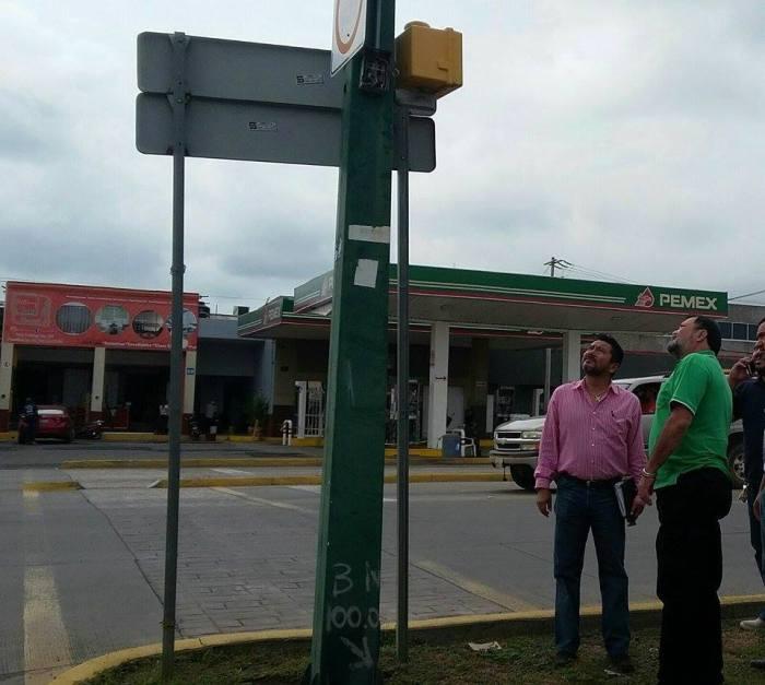 El representante de Semex acudió al semáforo junto con Héctor Álvarez. Foto: www.facebook.com/HectoAlvarezrenMovimiento
