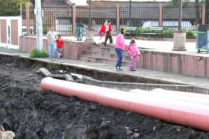 La calle Ángela Peralta lleva más de un mes en reparación.