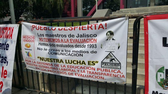 La consigna de los maestros afuera de la Secretaría de Educación Jalisco. Foto: Hessael Muñoz