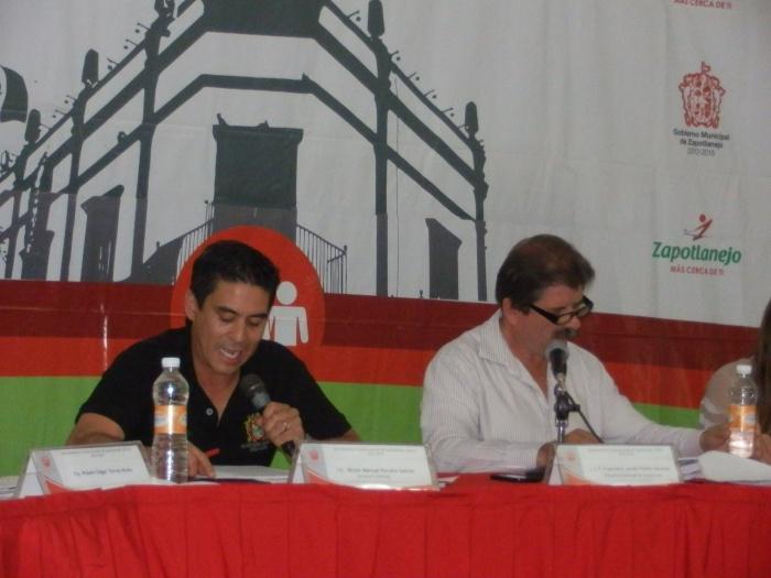 El alcalde (a la derecha), durante sesión de cabildo la semana pasada. Foto: Lucía C.