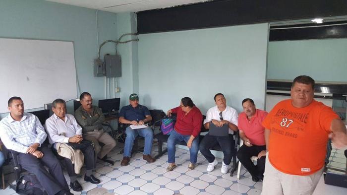 Imagen publicada en el Facebook de Héctor Álvarez donde se muestra al alcalde electo junto con su equipo de trabajo en una reunión el sábado pasado.