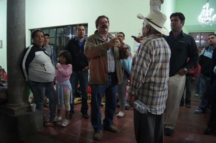 Javier Pulido explicó a los habitantes la situación de la fuga de gas en Corralillos, una noche de octubre de 2012 cuando Casa de la Cultura fue uno de los albergues provisionales. Foto: Cuarto Poder/Archivo