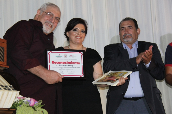 La presidenta de DIF Zapotlanejo al lado de Jorge Bucay (a su izquierda) y Julián Becerra, de la empresa Beccar. Foto: Edgar Olivares