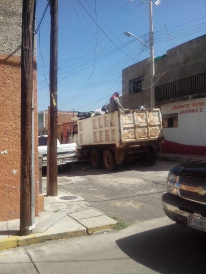 Un vehículo del ayuntamiento recoge la basura provisionalmente. Foto: Lucía Castillo