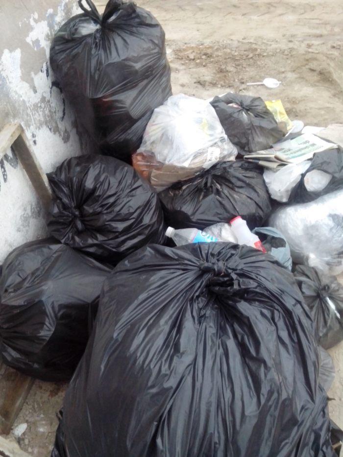 Costales de basura en la calle Ángela Peralta, esquina con Manuel M. Ponce. Foto: Lucía Castillo