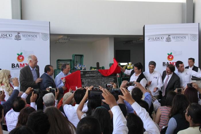 Los funcionarios al develar la plaza del Banco de Alimentos en Zapotlanejo. Foto: Lucía Castillo