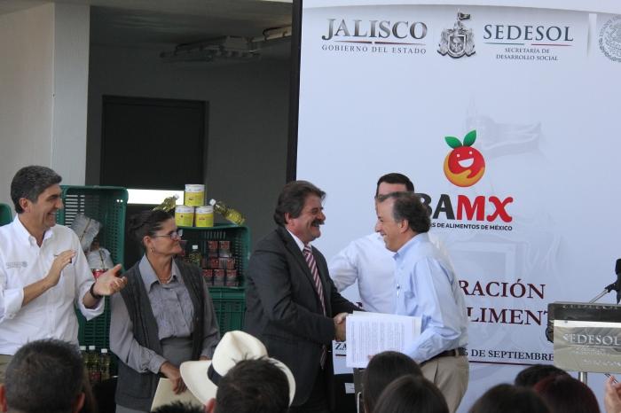 El alcalde saliente de Zapotlanejo estrecha la mano de Meade tras su discurso. Foto: Lucía Castillo