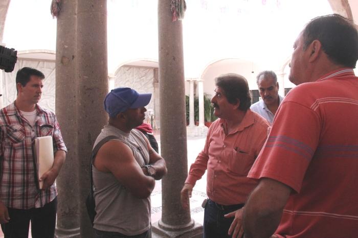 Iván Reyes discute con Javier Pulido después de la sesión de cabildo de este domingo. Héctor Álvarez también estuvo durante la discusión. Foto: Lucía Castillo
