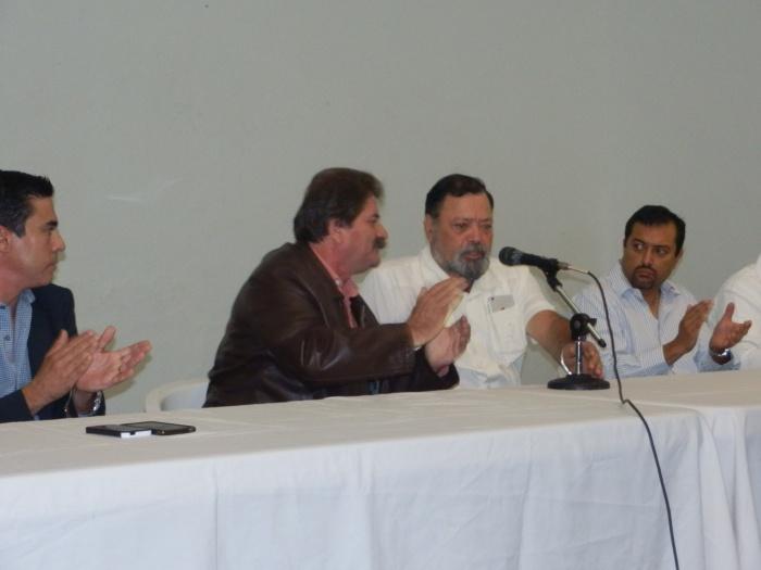 En imagen, el alcalde saliente, Javier Pulido y el presidente municipal electo, Héctor Álvarez durante el inicio de la entrega-recepción del ayuntamiento de Zapotlanejo. Foto: Lucía Castillo