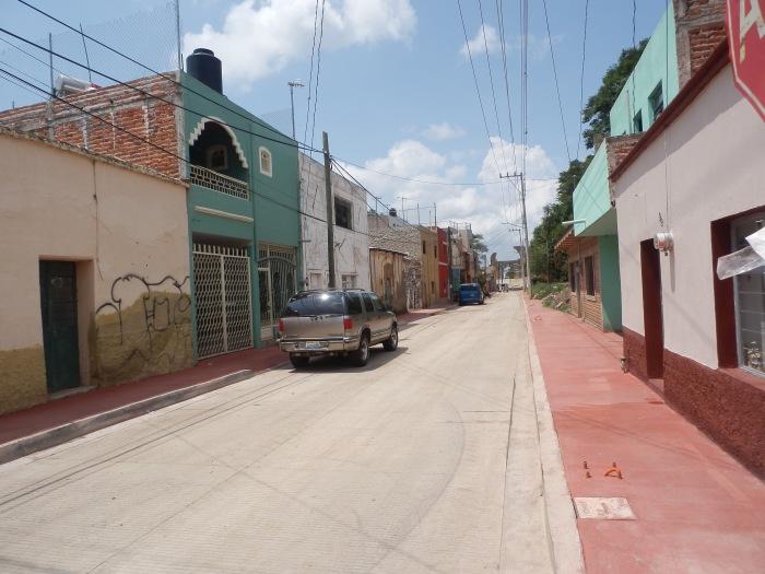 Aspecto de esta vialidad en la zona que ya está pavimentada y con banqueta. Foto: Lucía C.