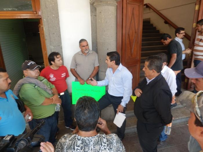 Víctor Peralta en diálogo con los empleados inconformes. Foto: Lucía Castillo