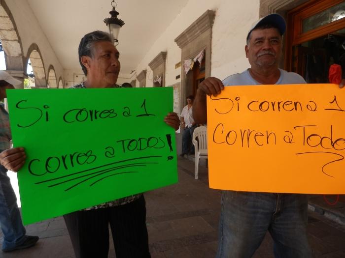 Los empleados miembros del sindicato a las afueras de presidencia por segundo día. Foto: Lucía Castillo