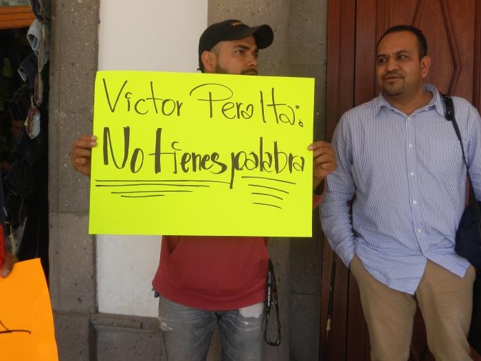 Una de las pancartas de los empleados de hoy, escrita contra el secretario general, Víctor Peralta. Foto: Lucía Castillo