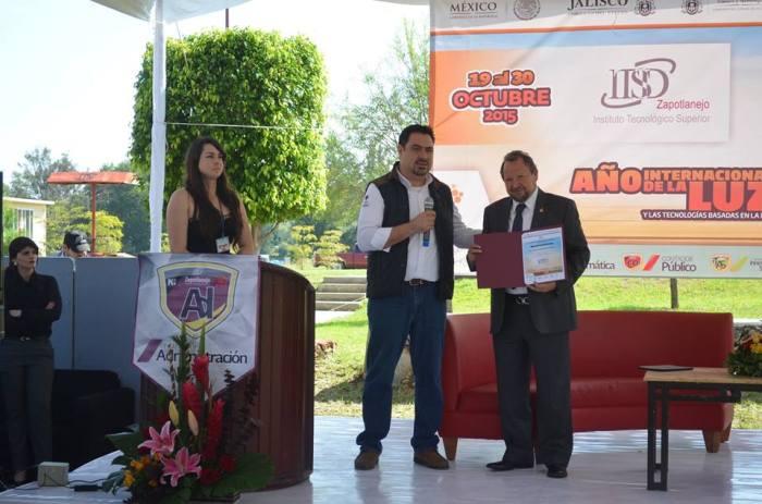 En imagen, Oswaldo Campos, director del ITSZ entregó un reconocimiento a Héctor Salgado tras la conferencia de esta mañana. Foto: cortesía ITSZ