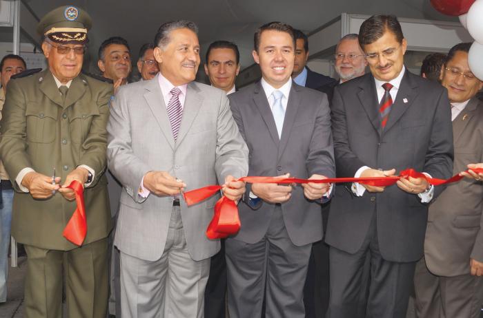 José Luis Munguía acompañado de autoridades estatales