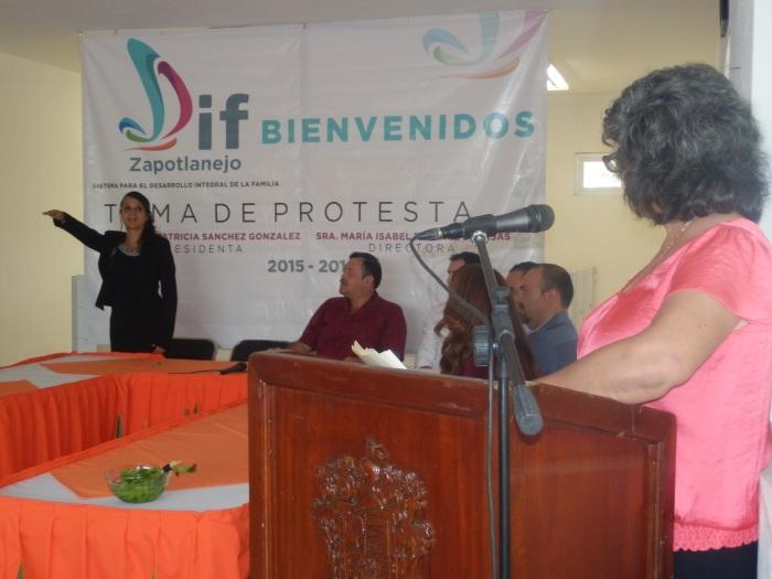 Isabel Ramírez rinde protesta. Ella es la nueva directora del DIF municipal. Foto: Lucía C.