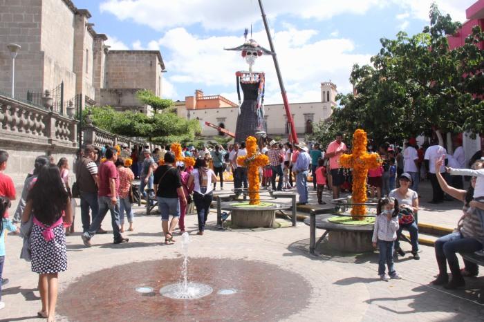 """Vista de """"La Catrina más grande del mundo"""" en el centro de Zapotlanejo. Foto: Lucía Castillo"""