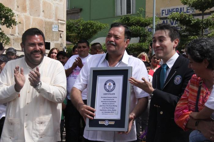 Álvarez Contreras recibió la constancia del Récord. Foto: Lucía Castillo