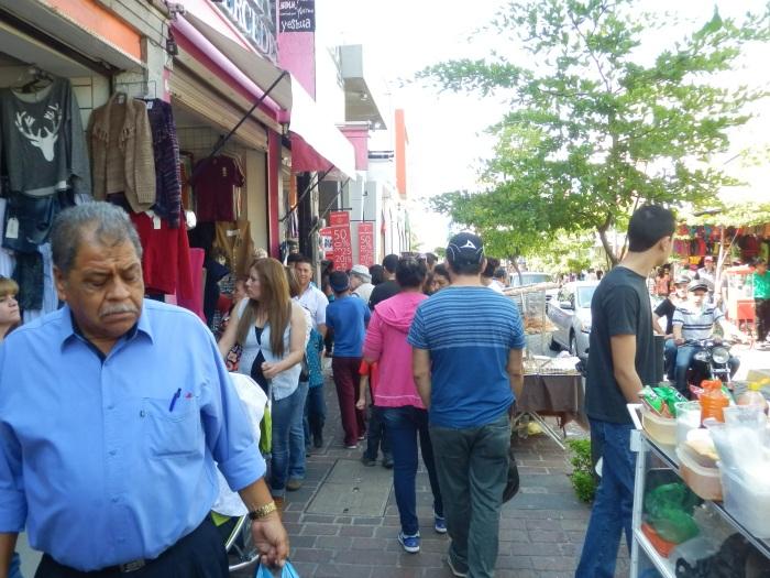Compradores de ropa durante el Buen Fin en Zapotlanejo. Foto: Lucía C.
