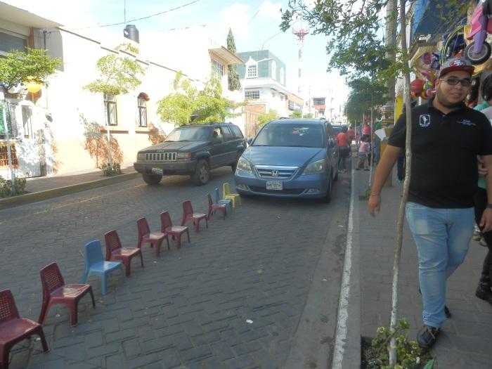 """Calle Juárez, donde ya aplicaron """"Banquetas Libres"""", según el gobierno municipal. Foto: Lucía Castillo"""