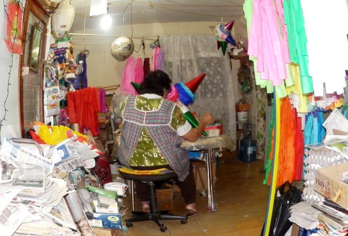 Elisa Cervantes en su taller de piñatas. Foto: Lucía Castillo